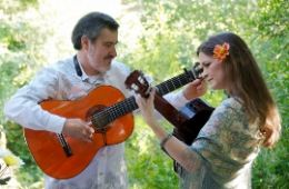 photo of Jorge Liceaga and Arwen Lawrence from Cascada de Flores playing guitar