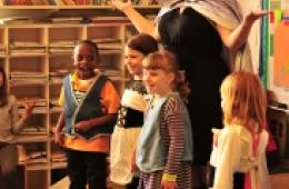 photo of children and SF Opera Teaching Artist at Hansel and Gretel Sing a Story