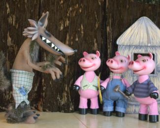 photo of wolf and three little pigs marionettes; courtesy of Fratello Marionettes