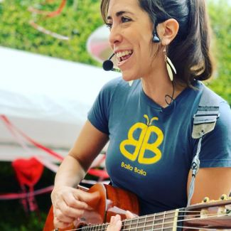 photo of Isa from Baila Baila playing a guitar