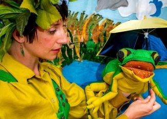 photo of Risa Lenore of Jelly Jam Time with frog puppet